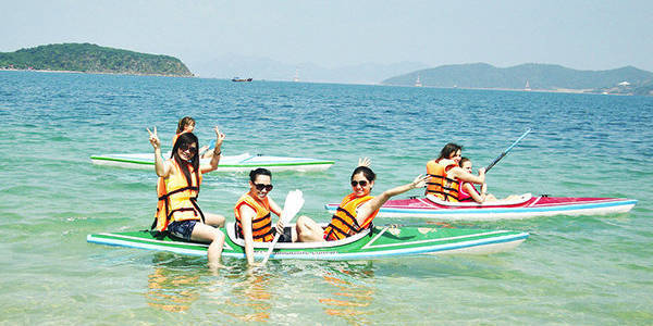 Du khách thích thú khi bơi thuyền ở Hòn Tằm
